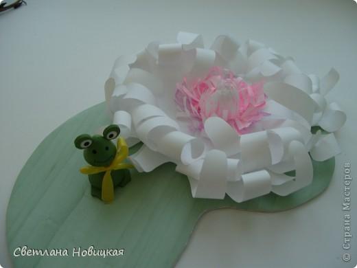 Вот такие объемные цветы придумала и смастерила из детских ладошек. Делаются очень быстро, а эффект потрясающий при минимальной затрате материалов. Правда, с детьми так и не успели попробовать, хотели к 8 марта сделать в подарок мамам.   фото 15