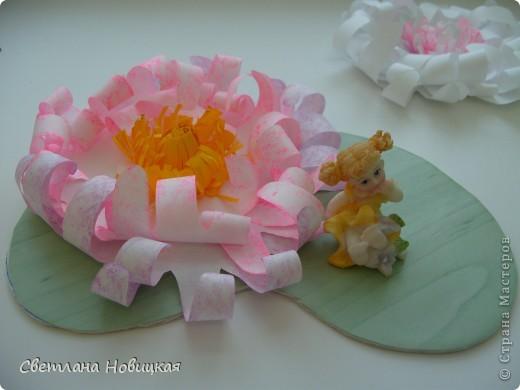 Вот такие объемные цветы придумала и смастерила из детских ладошек. Делаются очень быстро, а эффект потрясающий при минимальной затрате материалов. Правда, с детьми так и не успели попробовать, хотели к 8 марта сделать в подарок мамам.   фото 11