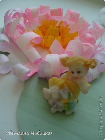 Вот такие объемные цветы придумала и смастерила из детских ладошек. Делаются очень быстро, а эффект потрясающий при минимальной затрате материалов. Правда, с детьми так и не успели попробовать, хотели к 8 марта сделать в подарок мамам.   фото 13