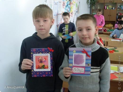Делаем открытки для мам. Ребята выбирают фон для открытки. фото 12
