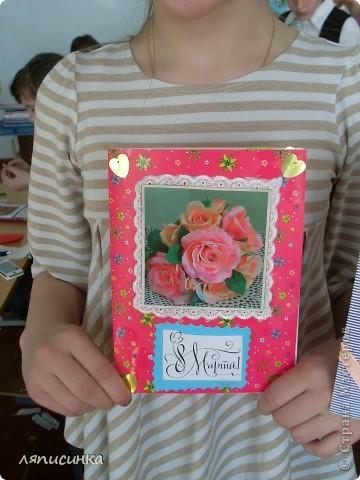 Делаем открытки для мам. Ребята выбирают фон для открытки. фото 17