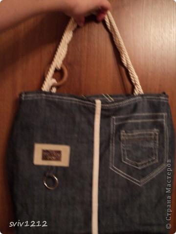 Купила как то джинсы,то ли я так усохла,пока домой дошла,то ли продавец талантлив,оказались они велики.Как я их не переделывала,ушивала,не то и все.Провалялись они в шкафу,и носиь не носила,и выкинуть жалко.Вот и получилась из них такая сумка! фото 2