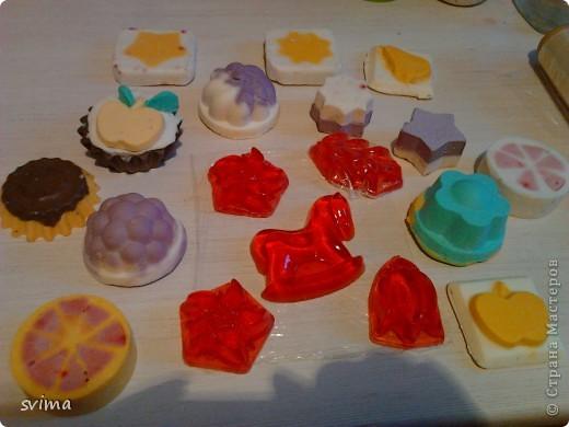 мыло с добавлением голубой глины. мыло-скраб использовала сушеную апельсиновую цедру. Для насыщенного цвета использовала пищевой краситель для пасхальных яиц. Для колокольчика и одной стороны яблочка цвет дало облепиховое масло. фото 6