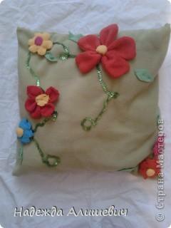 Вот эту подушечку я решила подарить маме на 8 марта. Я сделала цветочки и пришила их к подушке. Ещё я обшила её поедками. фото 1