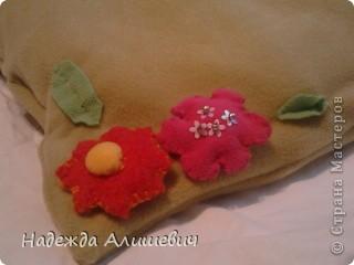 Вот эту подушечку я решила подарить маме на 8 марта. Я сделала цветочки и пришила их к подушке. Ещё я обшила её поедками. фото 2