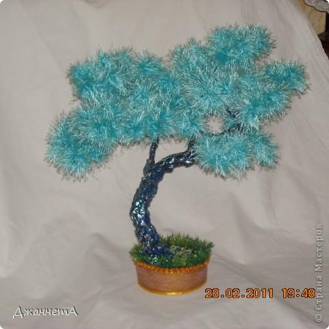 Легкое,  воздушное, ярко-голубое деревце. Изготовлено в аккурат под Новый год. Захотелось себя и близких порадовать чем-то необычным. Понравилось. Извините за качество фотографии.