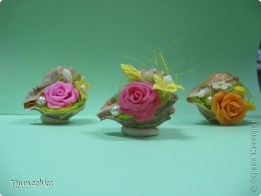 Такие миниатюрки делала в подарок для своих девочек на работе.  Идея родилась ооочень спонтанно, во время уборки в доме (просто попалась на глаза безхозная раковина и оставшиеся от розовых деревьев цветы), и была воплощена в течение 15 мин. :) фото 1