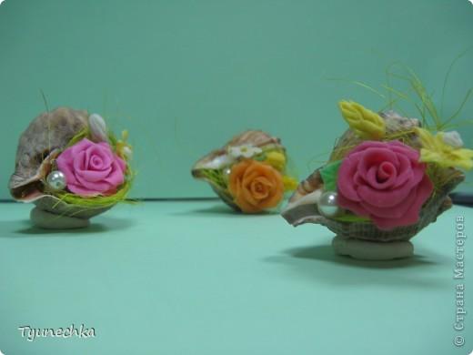 Такие миниатюрки делала в подарок для своих девочек на работе.  Идея родилась ооочень спонтанно, во время уборки в доме (просто попалась на глаза безхозная раковина и оставшиеся от розовых деревьев цветы), и была воплощена в течение 15 мин. :) фото 2