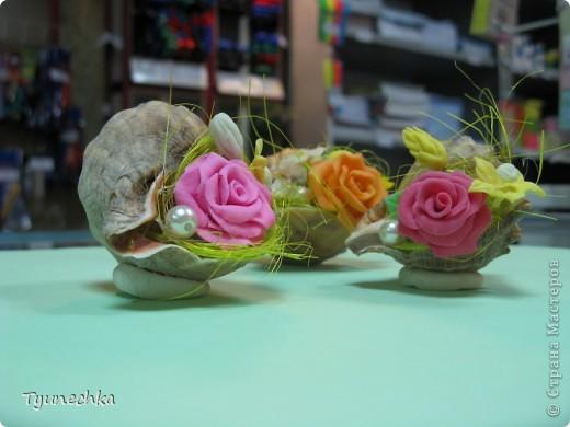 Такие миниатюрки делала в подарок для своих девочек на работе.  Идея родилась ооочень спонтанно, во время уборки в доме (просто попалась на глаза безхозная раковина и оставшиеся от розовых деревьев цветы), и была воплощена в течение 15 мин. :) фото 3