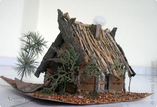 """Этот домик лесовичка мы с дочкой делали , когда она ещё ходила в садик, выполняли задание на тему : """"Поделки из природных материалов"""". Использованы веточки кедра, самшита, туи (изображают деревья), гречка (земля), веточки ивы (крыша, дверная ручка), кора платана, акации, тополя (собственно, сама избушка, клеила кору на картон), кусочек синтепона (озображает дым), фольга (окошко). Сама фигурка хозяина - из пластилина, полностью творение моей дочки Сони фото 3"""