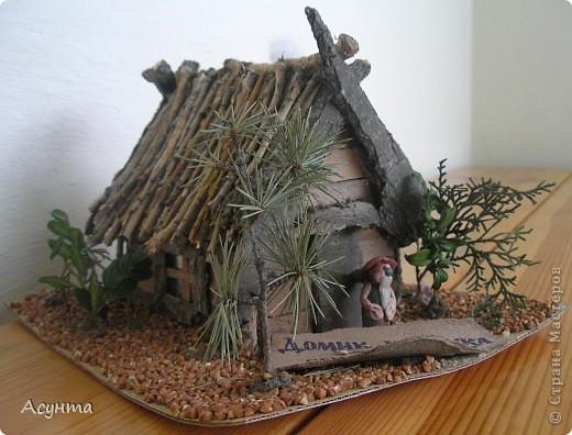 """Этот домик лесовичка мы с дочкой делали , когда она ещё ходила в садик, выполняли задание на тему : """"Поделки из природных материалов"""". Использованы веточки кедра, самшита, туи (изображают деревья), гречка (земля), веточки ивы (крыша, дверная ручка), кора платана, акации, тополя (собственно, сама избушка, клеила кору на картон), кусочек синтепона (озображает дым), фольга (окошко). Сама фигурка хозяина - из пластилина, полностью творение моей дочки Сони фото 5"""