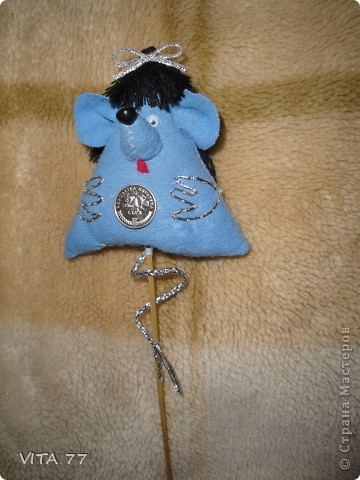 мышка смешнючка поселилась в вазоне с цветком фото 2