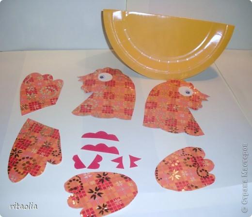 """Вот такую курочку можно сделать из одноразовых тарелок. Идею увидела в книге Н.В. Дубровской """"Чудесные тарелочки""""  (петушка выложу позже) Для маленьких детишек можно делать курочку из половинки тарелочки. фото 5"""