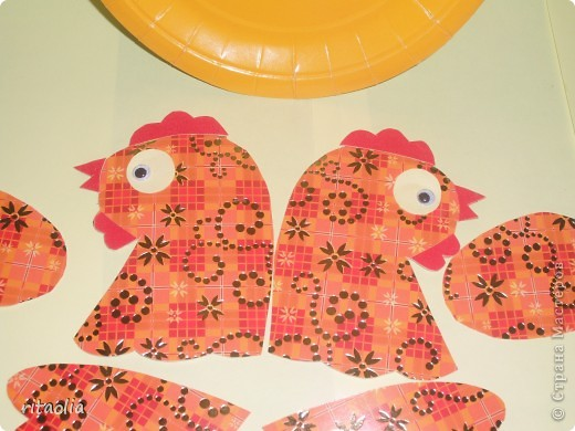 """Вот такую курочку можно сделать из одноразовых тарелок. Идею увидела в книге Н.В. Дубровской """"Чудесные тарелочки""""  (петушка выложу позже) Для маленьких детишек можно делать курочку из половинки тарелочки. фото 6"""
