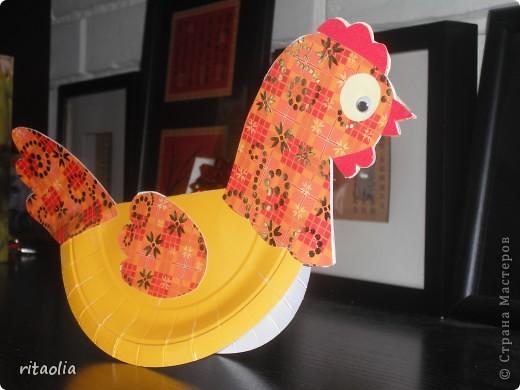 """Вот такую курочку можно сделать из одноразовых тарелок. Идею увидела в книге Н.В. Дубровской """"Чудесные тарелочки""""  (петушка выложу позже) Для маленьких детишек можно делать курочку из половинки тарелочки. фото 9"""
