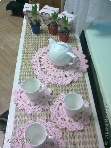 Чем же порадовать воспитателей на 8 Марта? Решили подарить чайный набор, но чтобы подарок был с изюминкой мною были связаны вот такие миленькие салфетки. фото 2