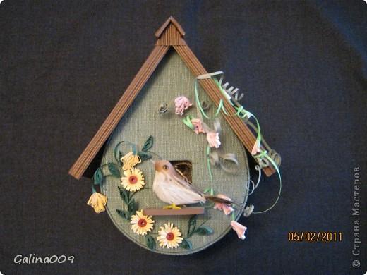Скворечник склеен из картона, обтянут льняной тканью. Крыша из гофрированного картона. Украшен квиллинговыми веточками.