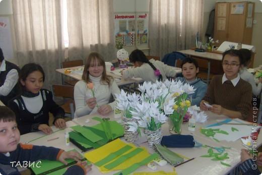"""Моим ученикам очень понравилось """"Европейское дерево счастья"""" и мы решили совместными усилиями сделать большое панно для украшения нашего класса. Вот так дружно мы работаем! Я ОЧЕНЬ рада, что у меня ТАКИЕ трудолюбивые и талантливые ученики!!! фото 2"""
