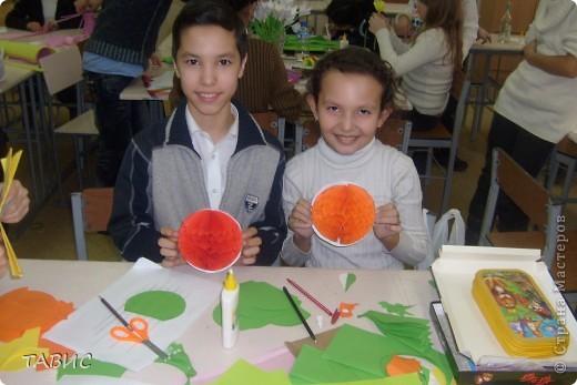 """Моим ученикам очень понравилось """"Европейское дерево счастья"""" и мы решили совместными усилиями сделать большое панно для украшения нашего класса. Вот так дружно мы работаем! Я ОЧЕНЬ рада, что у меня ТАКИЕ трудолюбивые и талантливые ученики!!! фото 3"""
