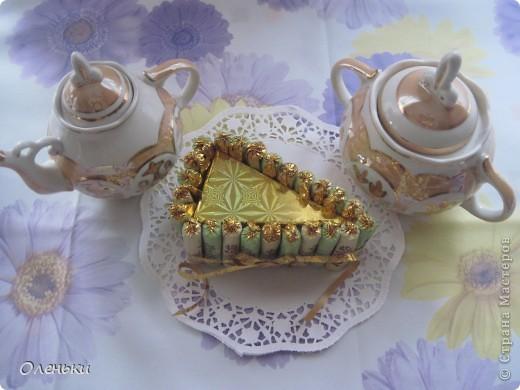 Сегодня мамочку угощала конфетным тортиком. А Вам чай, кофе? Бегу за чашками... фото 1