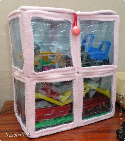 У дочи недавно было день рождение и ей подарили конструктор Lego. Надо было его куда то убирать после игр. И я сделала такую вот коробку из пластиковых бутылок. фото 4