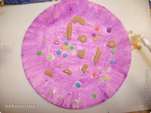Весна в работах моих ребяток проявилась очень ярко : все тарелки у нас очень яркие и каждый ребенок украшал ее в меру своей фантазии и умения. фото 4