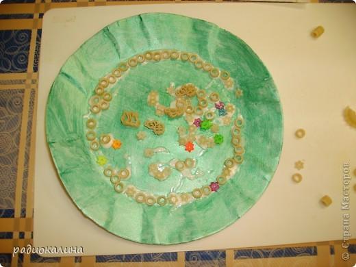 Весна в работах моих ребяток проявилась очень ярко : все тарелки у нас очень яркие и каждый ребенок украшал ее в меру своей фантазии и умения. фото 2