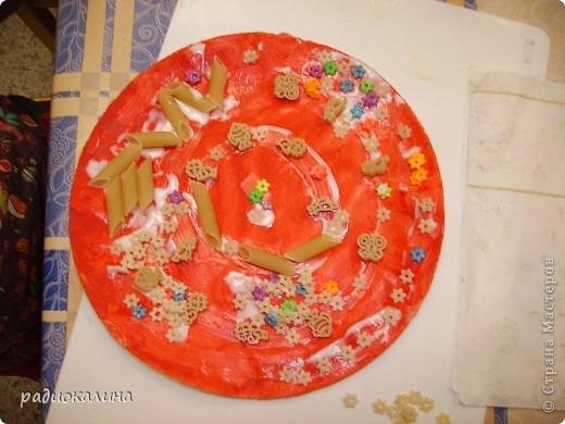 Весна в работах моих ребяток проявилась очень ярко : все тарелки у нас очень яркие и каждый ребенок украшал ее в меру своей фантазии и умения. фото 1