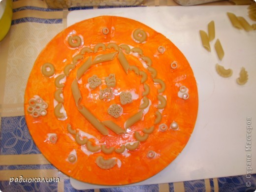 Весна в работах моих ребяток проявилась очень ярко : все тарелки у нас очень яркие и каждый ребенок украшал ее в меру своей фантазии и умения. фото 3