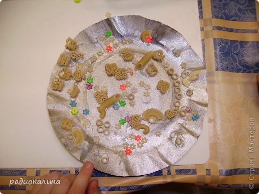 Весна в работах моих ребяток проявилась очень ярко : все тарелки у нас очень яркие и каждый ребенок украшал ее в меру своей фантазии и умения. фото 6