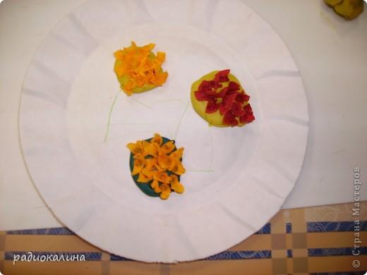 Для мам и бабушек делали мы открытки своими руками. Я нарисовала веточку, а ребята при помощи клея и кукурузной крупы делали цветочки мимозы. Вот у Артема и Данилы получились такие. фото 5
