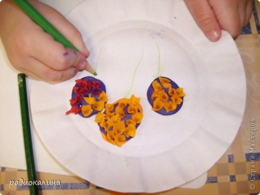 Для мам и бабушек делали мы открытки своими руками. Я нарисовала веточку, а ребята при помощи клея и кукурузной крупы делали цветочки мимозы. Вот у Артема и Данилы получились такие. фото 6
