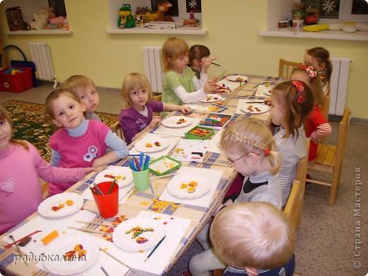 Для мам и бабушек делали мы открытки своими руками. Я нарисовала веточку, а ребята при помощи клея и кукурузной крупы делали цветочки мимозы. Вот у Артема и Данилы получились такие. фото 7