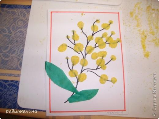 Для мам и бабушек делали мы открытки своими руками. Я нарисовала веточку, а ребята при помощи клея и кукурузной крупы делали цветочки мимозы. Вот у Артема и Данилы получились такие. фото 2