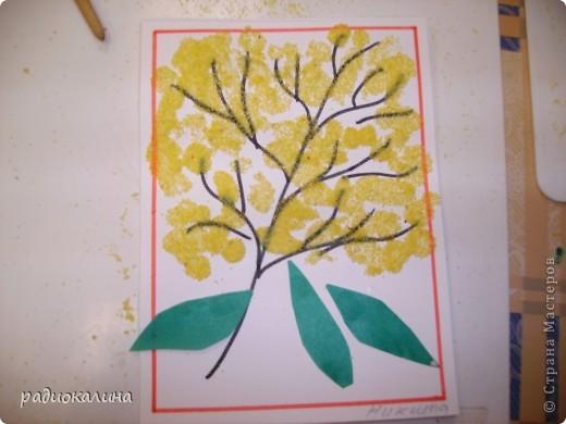 Для мам и бабушек делали мы открытки своими руками. Я нарисовала веточку, а ребята при помощи клея и кукурузной крупы делали цветочки мимозы. Вот у Артема и Данилы получились такие. фото 3