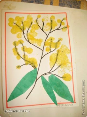 Для мам и бабушек делали мы открытки своими руками. Я нарисовала веточку, а ребята при помощи клея и кукурузной крупы делали цветочки мимозы. Вот у Артема и Данилы получились такие. фото 4