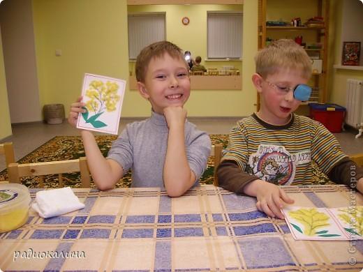 Для мам и бабушек делали мы открытки своими руками. Я нарисовала веточку, а ребята при помощи клея и кукурузной крупы делали цветочки мимозы. Вот у Артема и Данилы получились такие. фото 1
