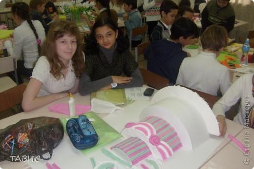 """Моим ученикам очень понравилось """"Европейское дерево счастья"""" и мы решили совместными усилиями сделать большое панно для украшения нашего класса. Вот так дружно мы работаем! Я ОЧЕНЬ рада, что у меня ТАКИЕ трудолюбивые и талантливые ученики!!! фото 5"""