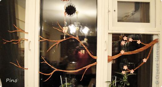 Нравится мне украшать окошко сезонно, когда я увлекалась флористикой - на тюле висели засушенные кленовые листочки и анютины глазки... а недавно увидела, как можно украсить окошко оригами у allasol и этой осенью на шторах кружились в вальсе кленовые листья (http://stranamasterov.ru/node/16629), правда я добавила игольчатости, но они стали односторонними... Потом пришла зима и мороз разукрасил окошки снежинками из зубной пасты (http://stranamasterov.ru/node/129568) и бисера (чем-то похожие на эти - http://stranamasterov.ru/node/123004 , или эти - http://stranamasterov.ru/node/131007 ^_^). На шторах водили хороводы елочки (http://stranamasterov.ru/node/117388) И вот наступила весна, а какая весна без цветущей сакуры?! Вот такая веточка зацвела у меня, а летом обязательно прилетят бабочки... куда же без них ^_^ фото 2