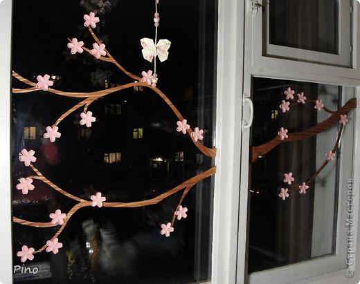 Нравится мне украшать окошко сезонно, когда я увлекалась флористикой - на тюле висели засушенные кленовые листочки и анютины глазки... а недавно увидела, как можно украсить окошко оригами у allasol и этой осенью на шторах кружились в вальсе кленовые листья (http://stranamasterov.ru/node/16629), правда я добавила игольчатости, но они стали односторонними... Потом пришла зима и мороз разукрасил окошки снежинками из зубной пасты (http://stranamasterov.ru/node/129568) и бисера (чем-то похожие на эти - http://stranamasterov.ru/node/123004 , или эти - http://stranamasterov.ru/node/131007 ^_^). На шторах водили хороводы елочки (http://stranamasterov.ru/node/117388) И вот наступила весна, а какая весна без цветущей сакуры?! Вот такая веточка зацвела у меня, а летом обязательно прилетят бабочки... куда же без них ^_^ фото 3