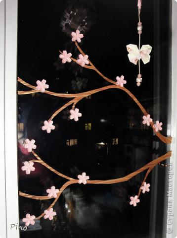 Нравится мне украшать окошко сезонно, когда я увлекалась флористикой - на тюле висели засушенные кленовые листочки и анютины глазки... а недавно увидела, как можно украсить окошко оригами у allasol и этой осенью на шторах кружились в вальсе кленовые листья (http://stranamasterov.ru/node/16629), правда я добавила игольчатости, но они стали односторонними... Потом пришла зима и мороз разукрасил окошки снежинками из зубной пасты (http://stranamasterov.ru/node/129568) и бисера (чем-то похожие на эти - http://stranamasterov.ru/node/123004 , или эти - http://stranamasterov.ru/node/131007 ^_^). На шторах водили хороводы елочки (http://stranamasterov.ru/node/117388) И вот наступила весна, а какая весна без цветущей сакуры?! Вот такая веточка зацвела у меня, а летом обязательно прилетят бабочки... куда же без них ^_^ фото 4