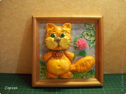 Вот и у меня есть теперь свой кот... Зовут Вася. Размер рамки - 12х12. Фон - картонка. Раскрашивала акриловыми красками. Как только котик был готов, поняла, что что-то не хватает. Так был придуман цветочек (зелёная скрепка и цветная бумага). Да, вот ещё. Усики сделаны из 1 спички... Спасибо всем, кто ко мне заглянул. Удачного дня и хорошего настроения!