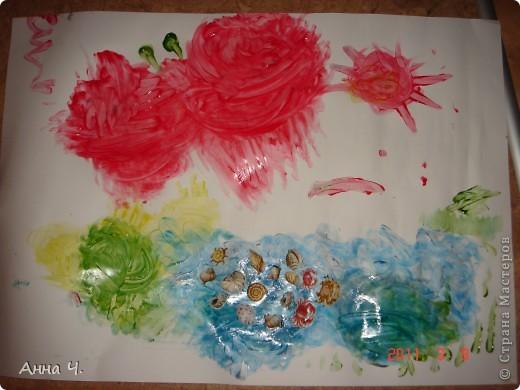"""Это морское дно глазами моего Сашульки (2,8). Рисовал пальчиковыми красками. Сначала было море (синего цвета) потом водоросли и желые и зеленые. Красный - это крабик (правда на бабочку похож). А поводом для данного шедевра послужили наклейки ракушек, которые были приклеены прямо на влажную """"картину"""" фото 1"""