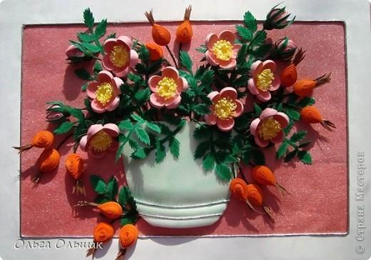Давно я заглядывалась на шиповник Натальи Беленко и вот вырастила свой. Сразу и цветёт и плодоносит, это только  квиллинг позволяет одновременно встретиться  весне с  осенью в одной вазочке. фото 2