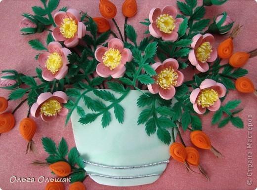 Давно я заглядывалась на шиповник Натальи Беленко и вот вырастила свой. Сразу и цветёт и плодоносит, это только  квиллинг позволяет одновременно встретиться  весне с  осенью в одной вазочке. фото 3