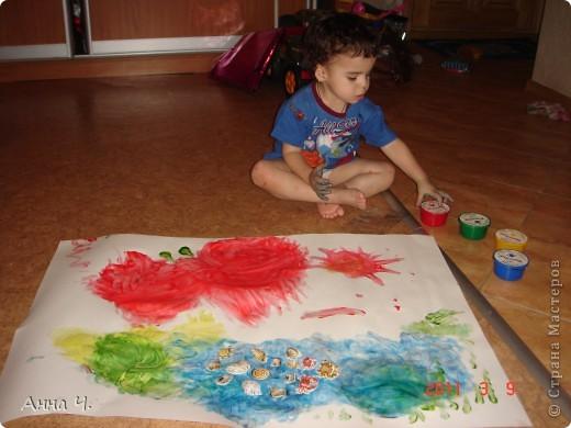 """Это морское дно глазами моего Сашульки (2,8). Рисовал пальчиковыми красками. Сначала было море (синего цвета) потом водоросли и желые и зеленые. Красный - это крабик (правда на бабочку похож). А поводом для данного шедевра послужили наклейки ракушек, которые были приклеены прямо на влажную """"картину"""" фото 2"""