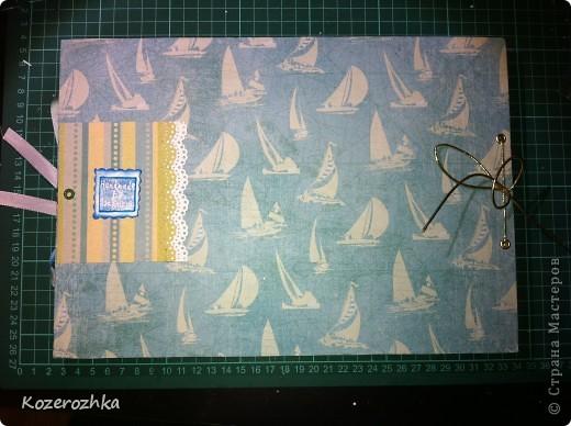 Обложку для альбома делала из картона 2 мм. Использовала бумагу из набора Sea Glass. Буквы вырезала из двух слоев бумаги, рыбки и узоры это горячий эмбоссинг. фото 2