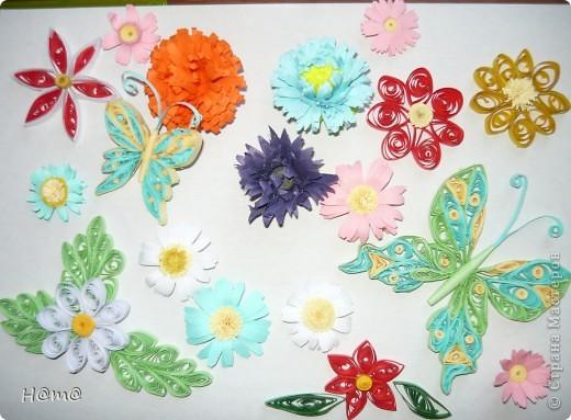 Мои первые цветы в технике квиллинг,делала  из офисной и цветной бумаги,которую нарезала сама.Это не картина,я просто осваивала эту технику.
