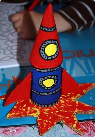 """Раскажим и покажим как сделать вот такую замечательную """"Ракету"""". Конечно, можно купить подставки под карандаши, или просто взять пустую баночку из по чегото, а можно и сделать самим! Да еще и спользой))) фото 13"""
