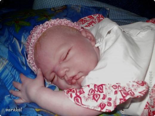 Первая изготовленная мной кукла-реборн. Дебют.  Кукла расписана специальными красками гинезис, закреплена маттварнишем, реснички и волосы прошиты нежным махером, утяжелена кукла стекло и пластикогранулятом, набита синтепоном. Родилась малышка 23 февраля, рост 50см., вес около 3 кг. Должен был быть мальчик, а получилась девочка, я назвала её Соней. Познакомьтесь! фото 10